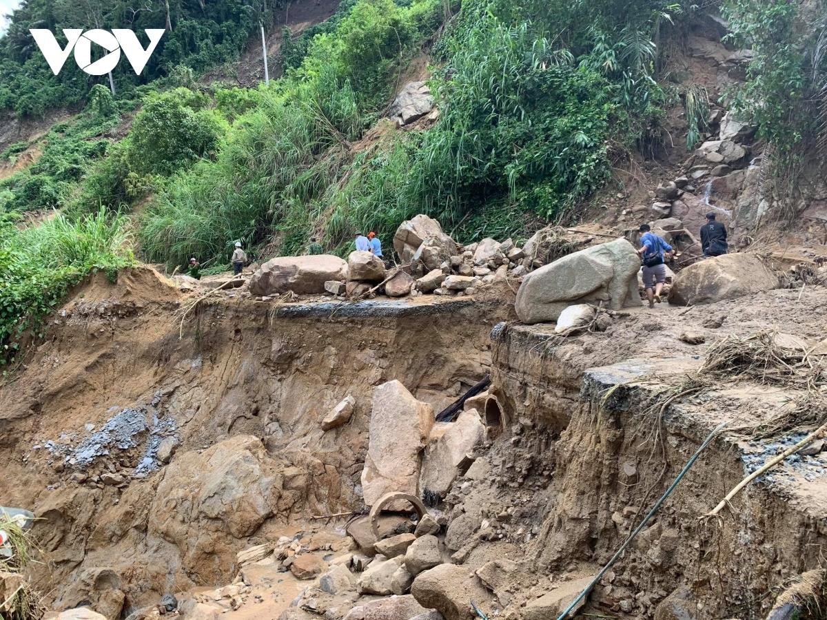 Lực lượng chức năng vẫn đang tích cực tìm kiếm người mất tích ở Phước Sơn.