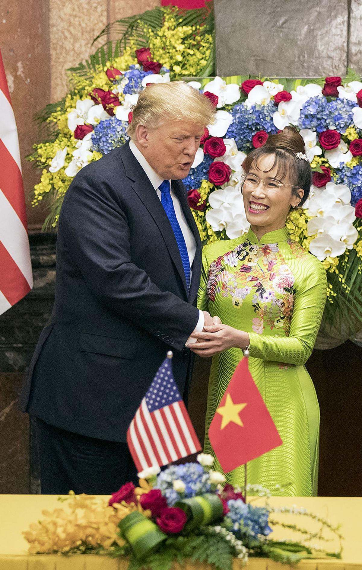 Tổng thống Mỹ Donald Trump chúc mừng CEO Vietjet tại lễ kýkết hợp đồng mua máy bay giữa Vietjet và Boeing năm 2019 (Ảnh: Việt Dũng)