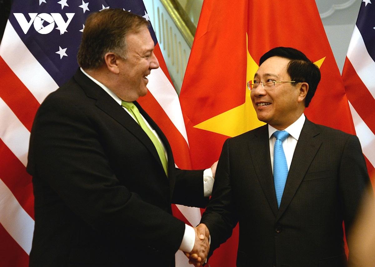 Phó Thủ tướng, Bộ trưởng Bộ Ngoại giao Phạm Bình Minh bắt tay Ngoại trưởng Hoa Kỳ Michael Richard Pompeo khi ông Pompeo có chuyến thăm chính thức Việt Nam hồi tháng 7/2018.