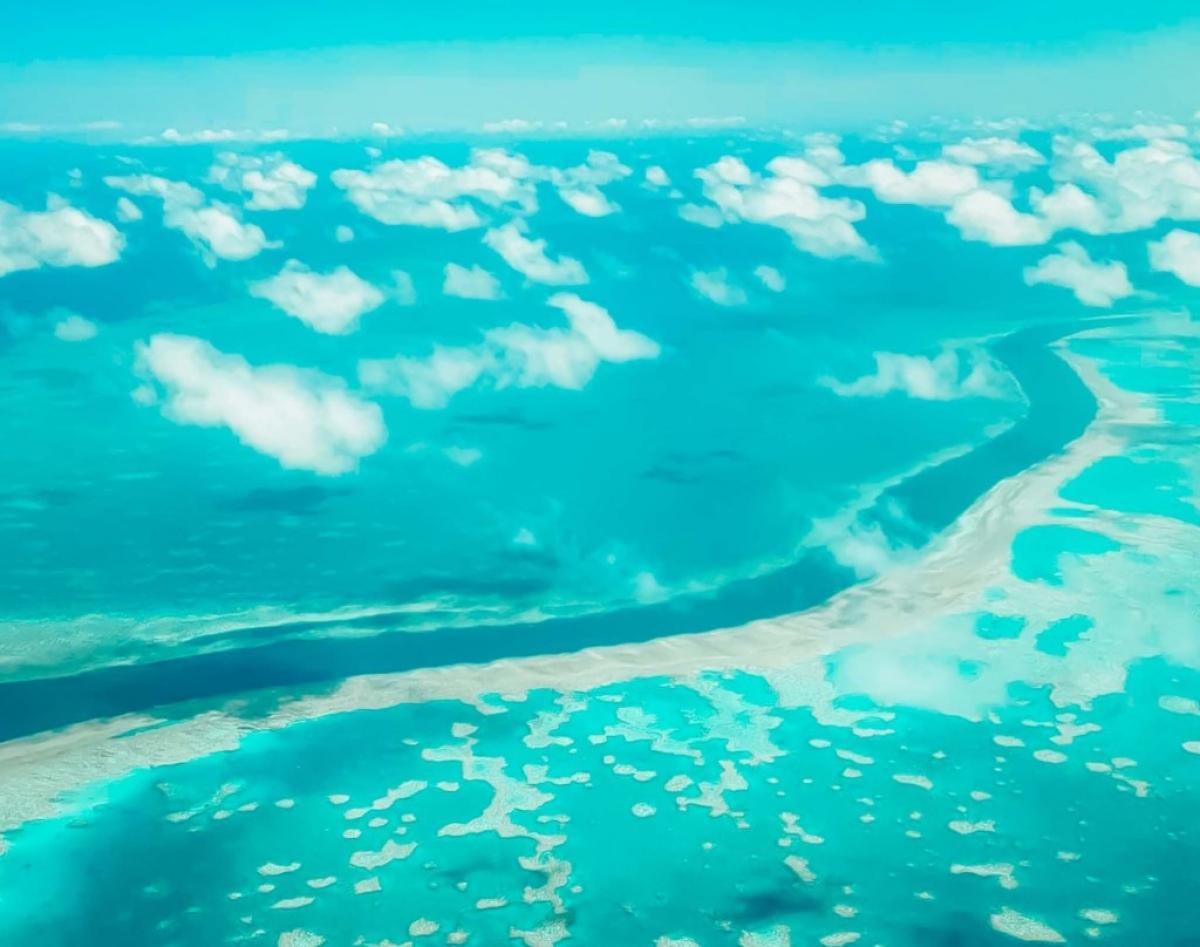 Rạn san hô Great Barrier nhìn từ cửa sổ máy bay