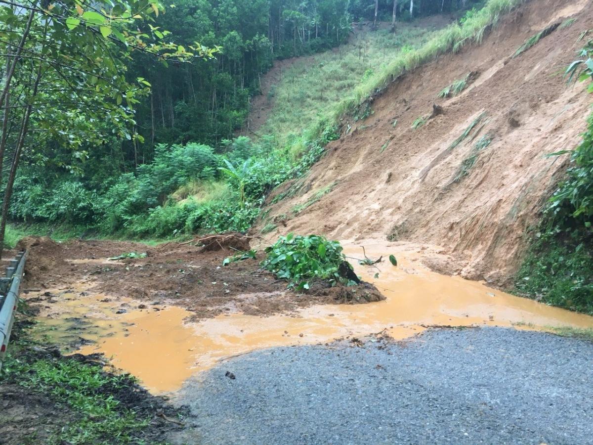 Giao thông miền núi Quảng Nam ách tắc nghiêm trọng.