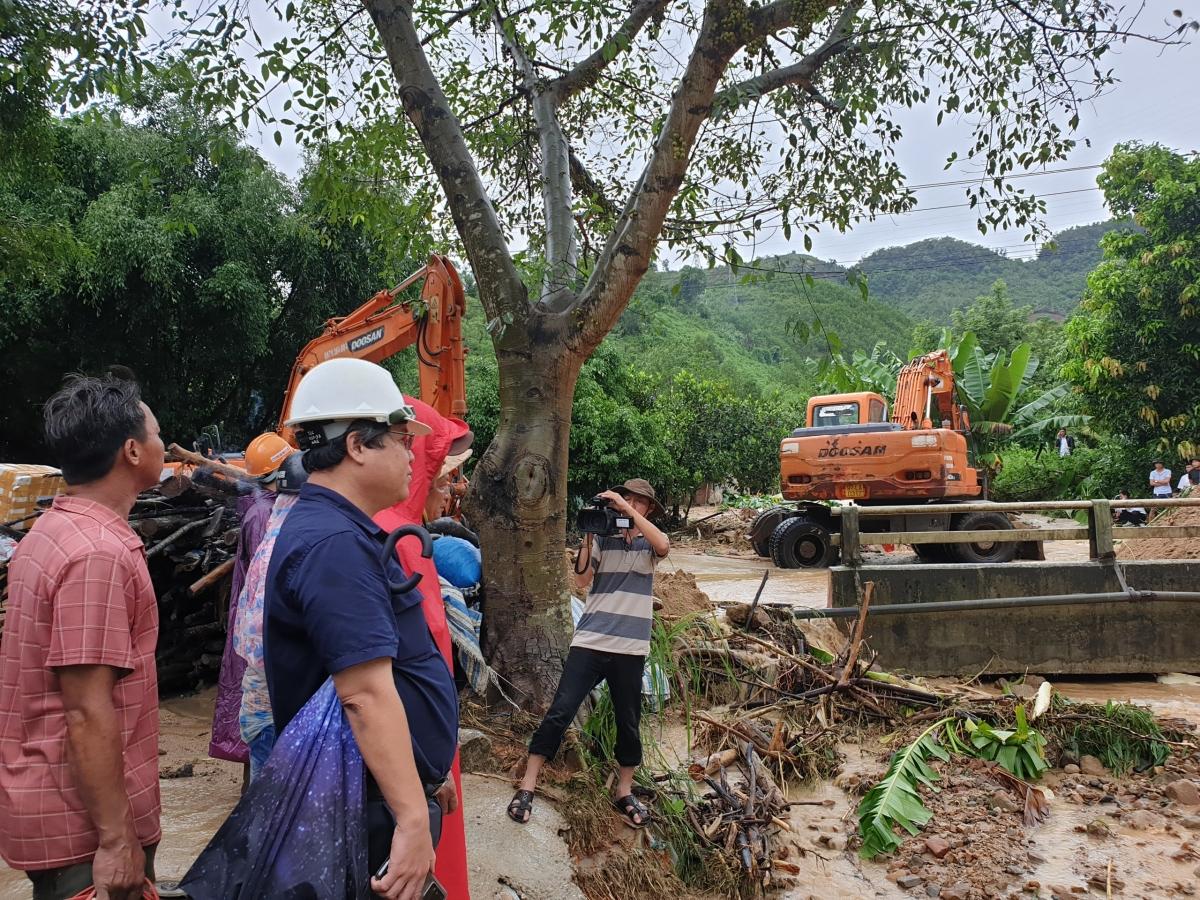 Lãnh đạo Sở Giao thông -Vận tải Quảng Nam chỉ đạo khắc phục thông xe Quốc lộ 14B.