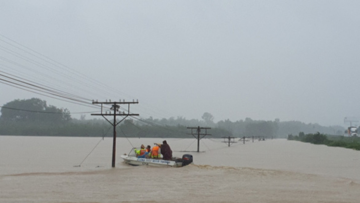 Cano tiến vào cứu dân trong lũ ở Quảng Trị.