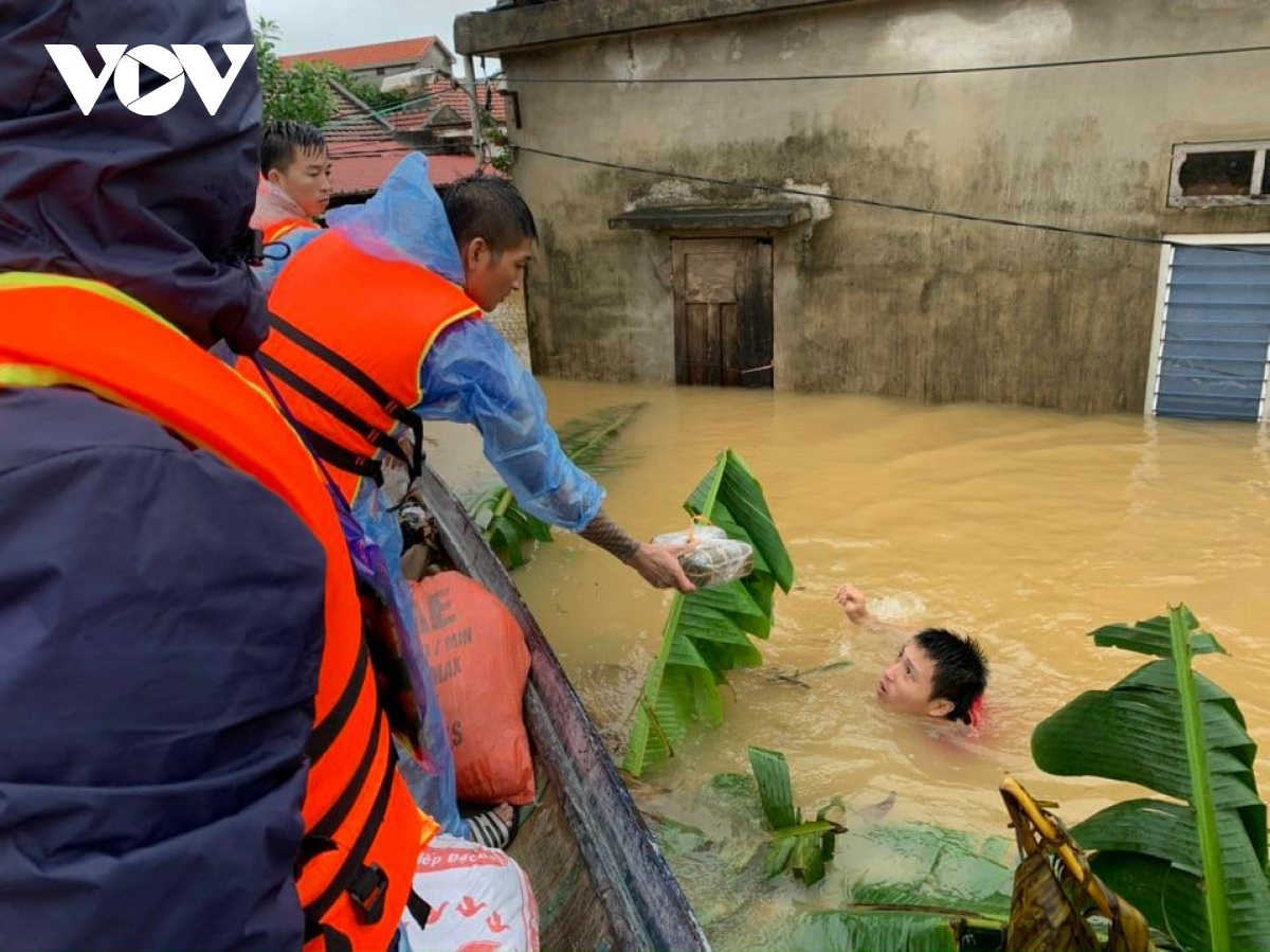 Các lực lượng cứu hộ, cứu nạn tỉnh Quảng Bình tiếp tục giúp dân phòng tránh lũ.