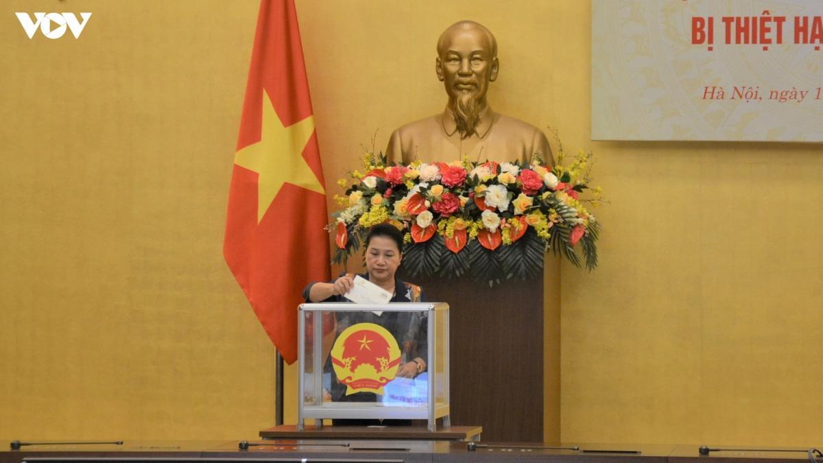Chủ tịch Quốc hội Nguyễn Thị Kim Ngân quyên góp ủng hộ đồng bào miền Trung.