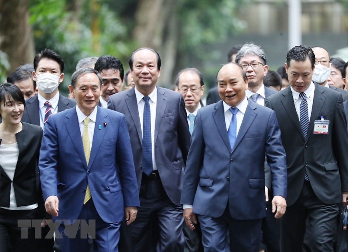 Both leaders enjoy a pleasant stroll together along the Duong Xoai path.