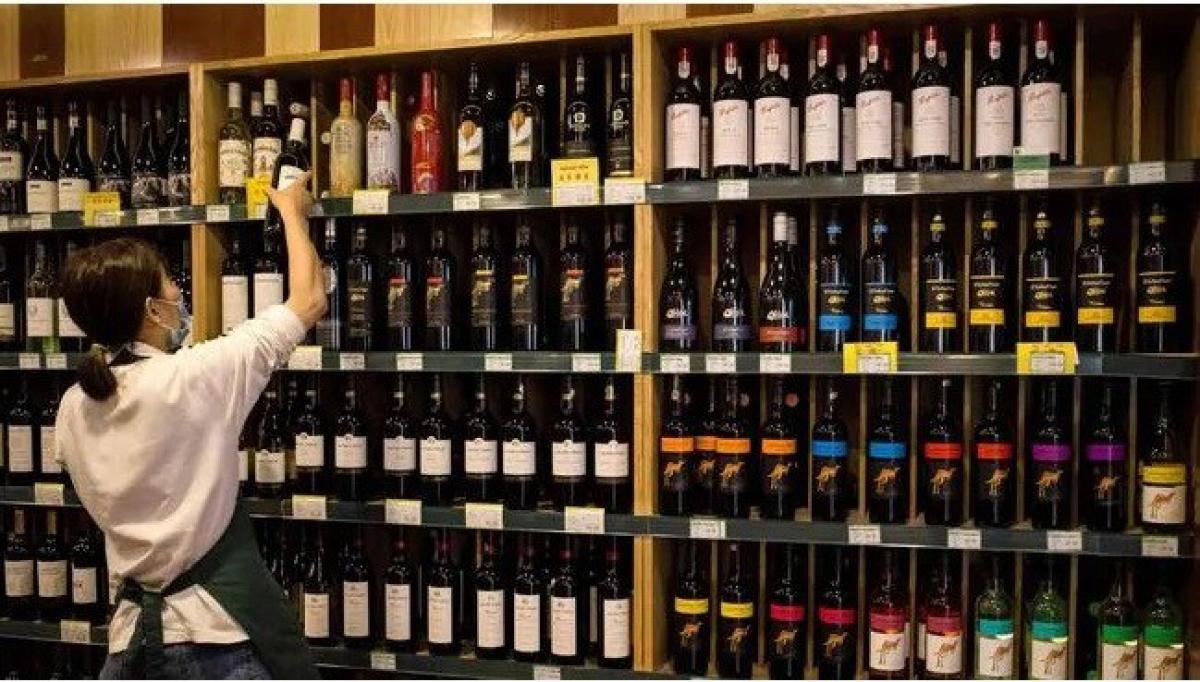 Rượu vang Australia được bày bán tại một cửa hàng ở Bắc Kinh, Trung Quốc. (Nguồn: AFP).