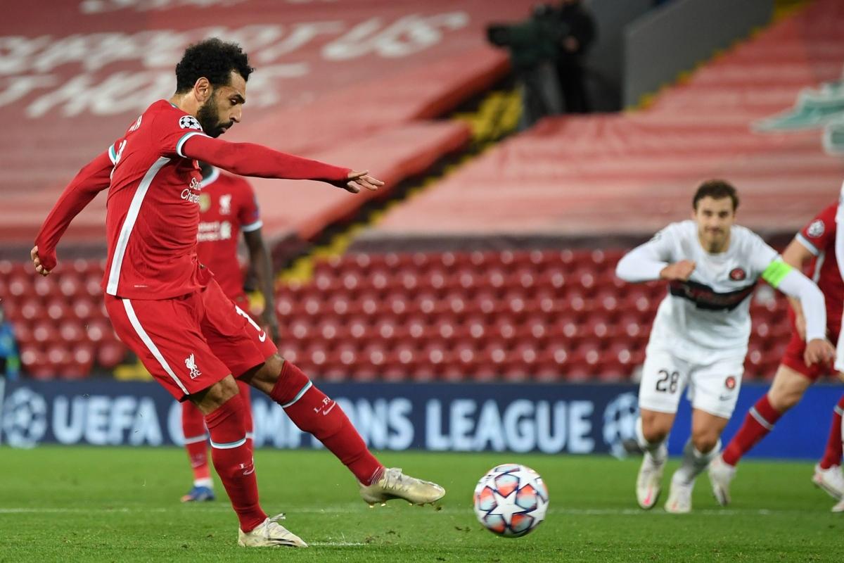 Salah ghi bàn từ chấm 11m sau khi vào sân giúp Liverpool thắng Midtjylland 2-0. (Ảnh: Getty).