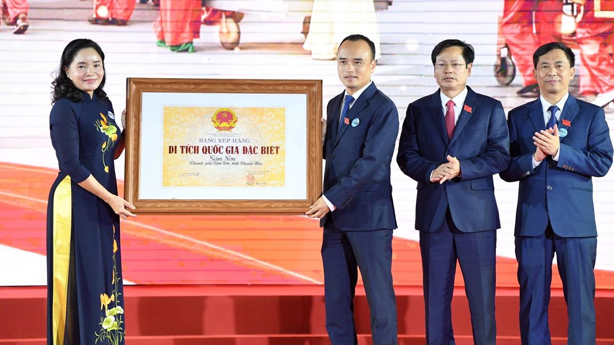 Thứ trưởng Trịnh Thị Thuỷ trao Bằng xếp hạng Di tích quốc gia đặc biệt Sầm Sơn cho lãnh đạo UBND Thành phố Sầm Sơn