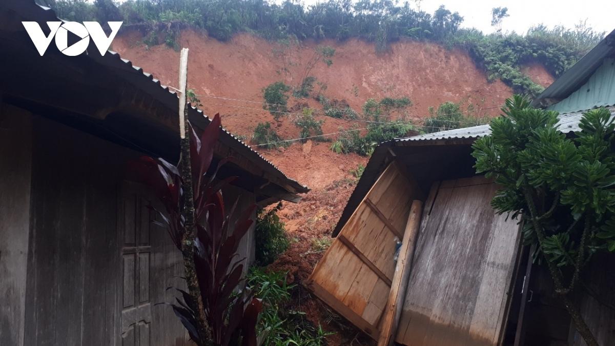 Sạt lở vùi lấp 3 ngôi nhà dân ở xã A Xan, huyện Tây Giang tỉnh Quảng Nam nhưng không thiệt hại về người vì đã được sơ tán sớm