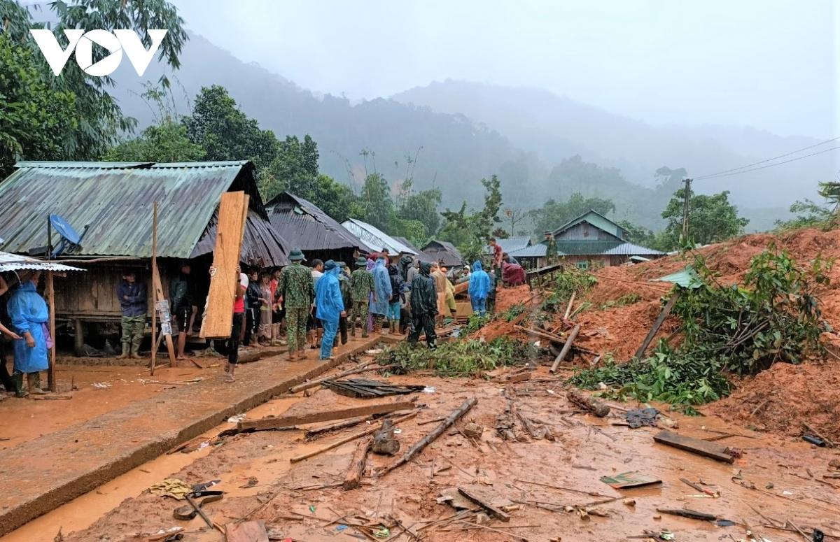 Bộ đội giúp dân di dời cả khu dân cư sạt lở núi đi nơi khác