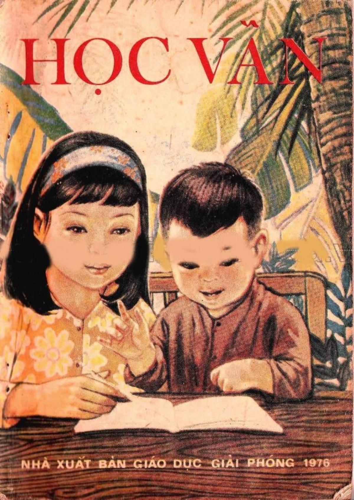Những năm 70-80 thế kỷ trước, học trò lớp 1 sẽ được học môn Học vần. Khi đã biết các chữ cái và cách ghép vần, trẻ sẽ được học môn Tập đọc. Nghĩa là, thay cho sách Tiếng Việt như hiện nay, trẻ lớp 1 sẽ có sách Học vần và Tập đọc. Trong hình là ấn bản năm 1976.
