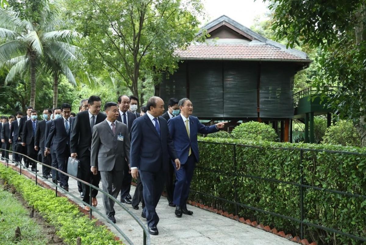 Thủ tướng Nguyễn Xuân Phúc và Thủ tướng Nhật Bản Suga Yoshihide thăm Khu Di tích Chủ tịch Hồ Chí Minh tại Phủ Chủ tịch. Ảnh: TTXVN