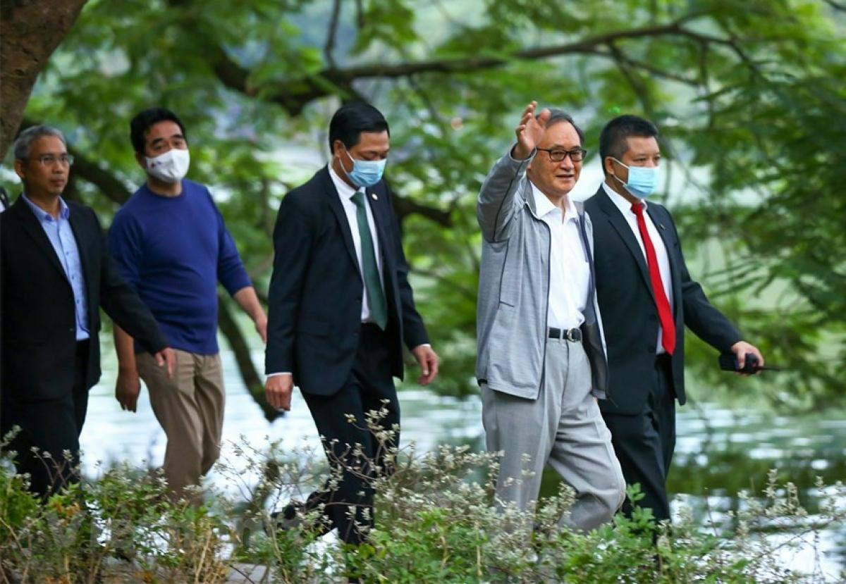 Thủ tướng Nhật Bản Suga Yoshihide đi dạo một vòng quanh Hồ Gươm. Ảnh: TTXVN
