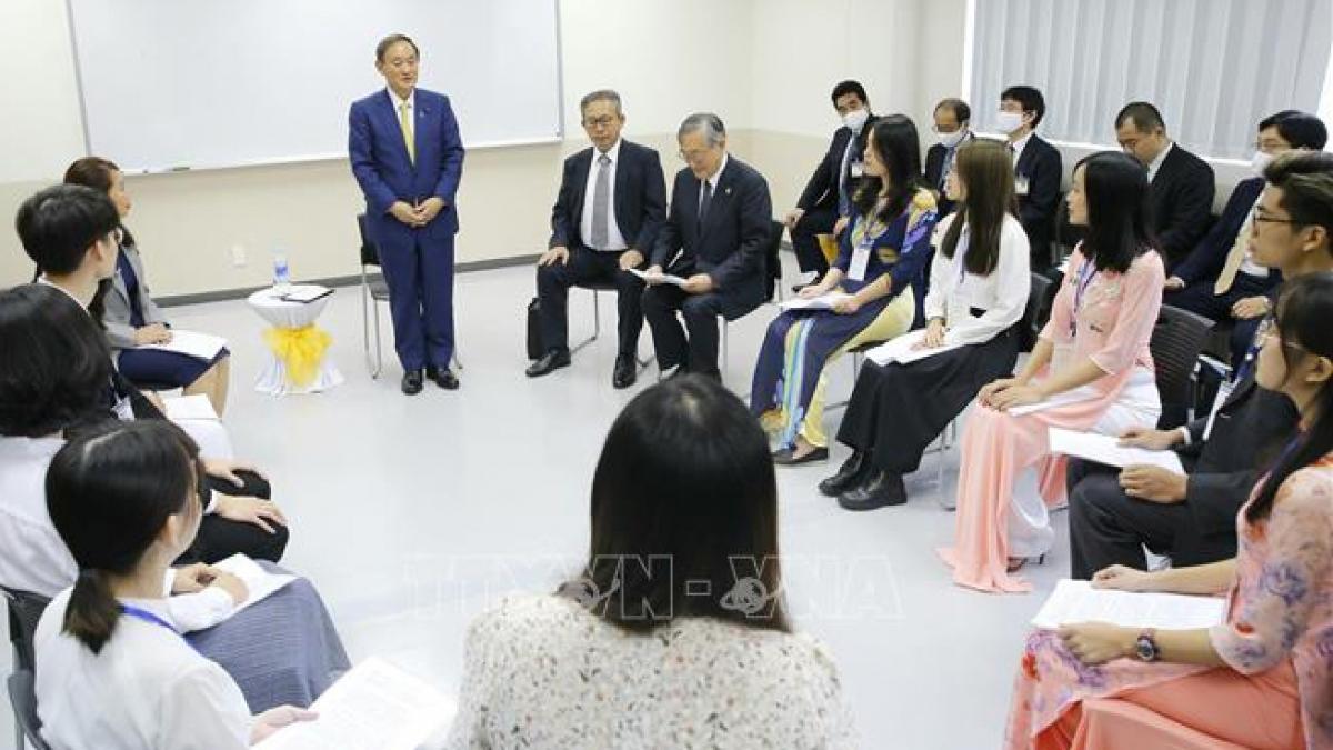 Thủ tướng Nhật Bản Suga Yoshihide gặp gỡ, nói chuyện với sinh viên Trường Đại học Việt - Nhật. Ảnh: TTXVN