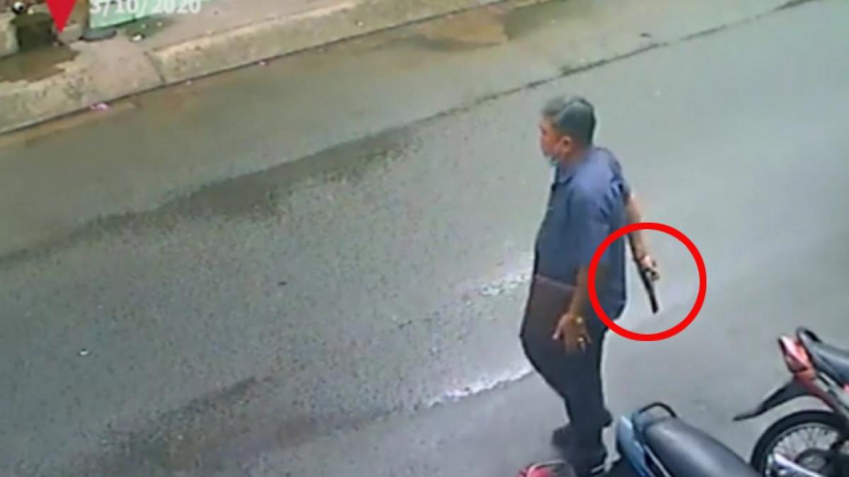 """Người đàn ông cần súng """"giả"""" đứng trước nhà người dân đe doạ"""