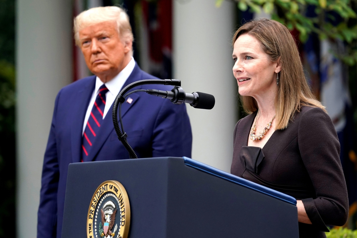 Bà Amy Coney Barrett và Tổng thống Trump. Ảnh: SBS.