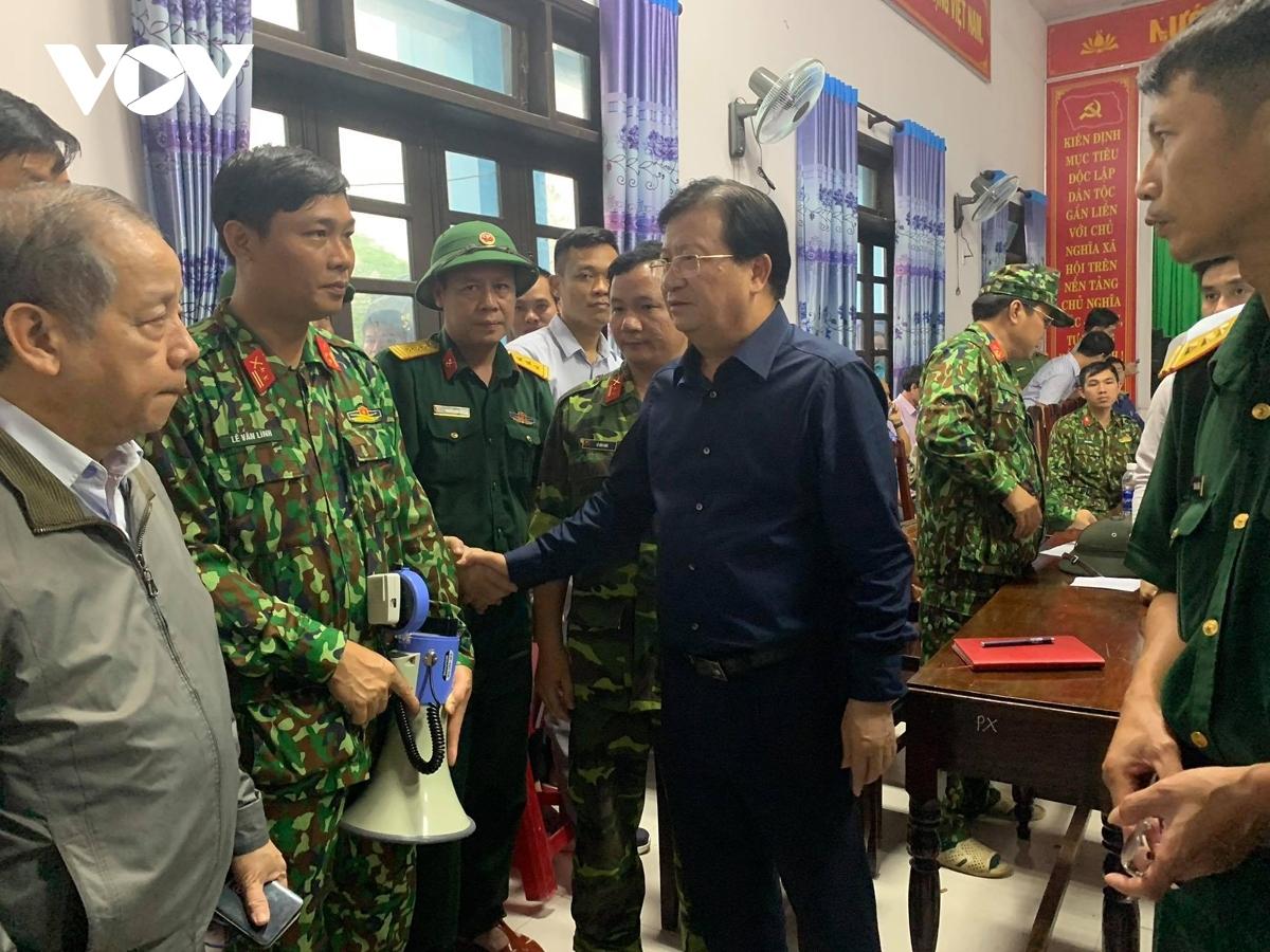 Phó Thủ tướng Trịnh Đình Dũng động viên các chiến sĩ làm nhiệm vụ cứu nạn.