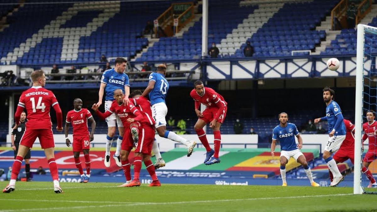 Michael Keane đánh đầu tung lưới Liverpool. (Ảnh: Reuters)
