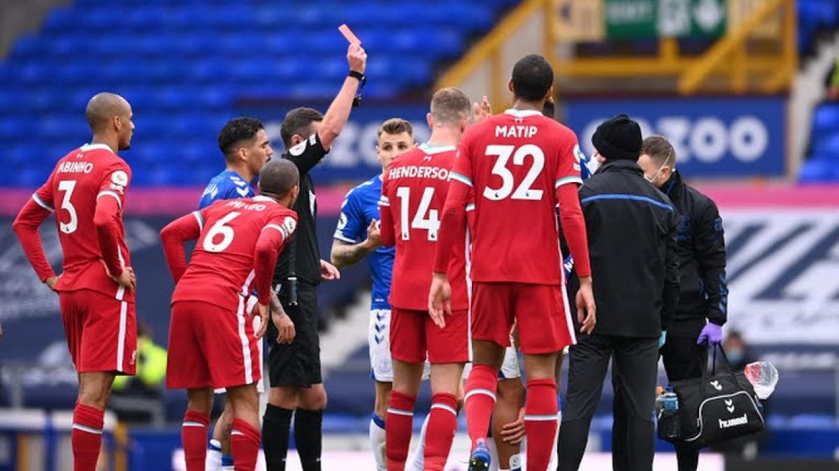 Richarlison nhận thẻ đỏ sau pha bóng thô bạo. (Ảnh: Reuters)