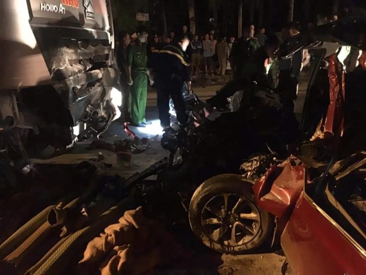 Phần đầu xe 4 chỗ hư hỏng nặng buộc lực lượng chức năng phải cắt xe để đưa nạn nhân ra ngoài.