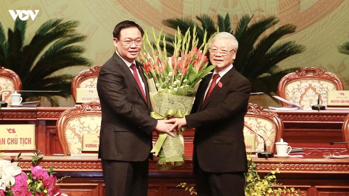 Bí thư Thành uỷ Hà Nội Vương Đình Huệ tặng hoa cảm ơn Tổng Bí thư, Chủ tịch nước Nguyễn Phú Trọng.