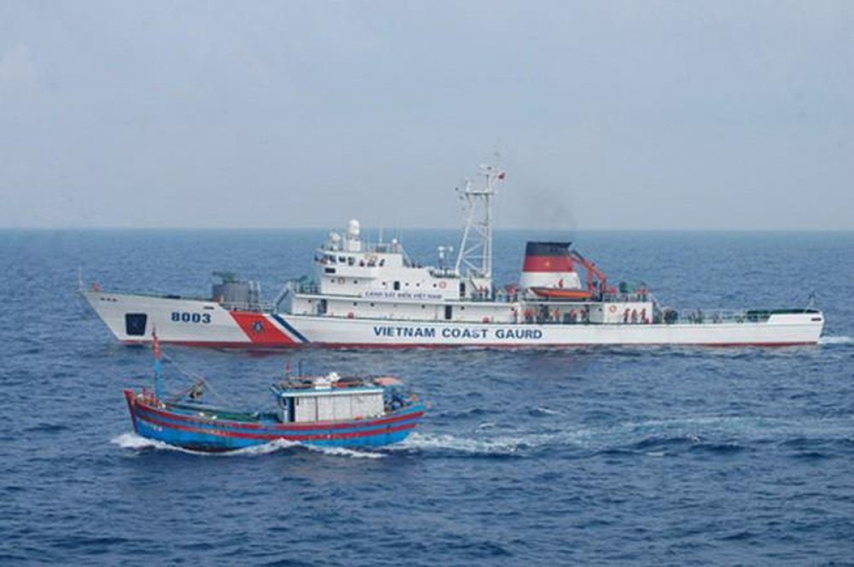 Tàu CSB 8003 trực trên vùng biển đảo Bạch Long Vĩ.