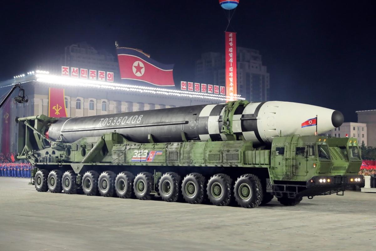Mẫu ICBM mới lần này của Triều Tiên được đặt trên bệ phóng kiêm xe chở (TEL) có đến 11 trục và 22 bánh xe. Ảnh: NK News.