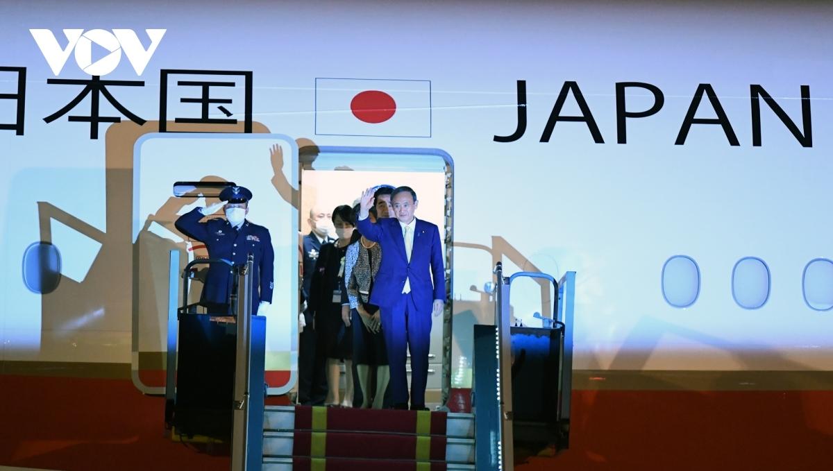 Thủ tướng NhậtBản Suga Yoshihide và Phu nhân đến Hà Nội vào chiều tối 18/10. Ảnh: Nguyễn Hùng/VOV.VN
