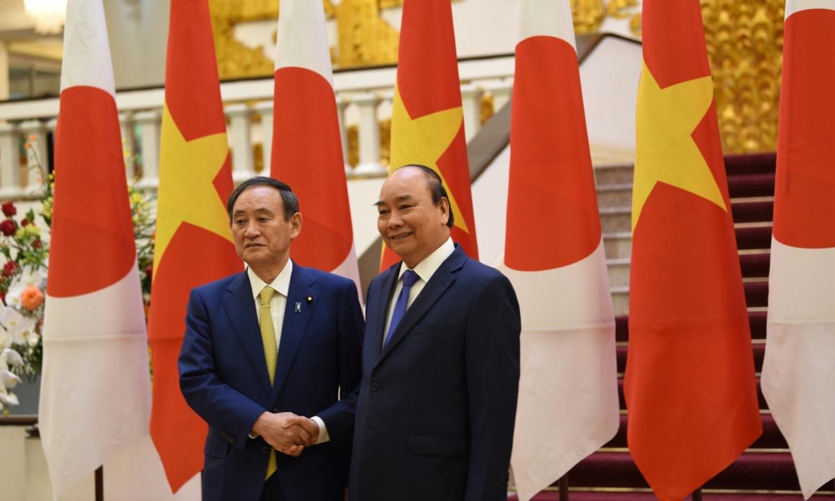 Ngay sau lễ đón, Thủ tướng Nguyễn Xuân Phúc và Thủ tướng Nhật Bản dẫn đầu đoàn đại biểu cấp cao hai nước tiến hành hội đàm.