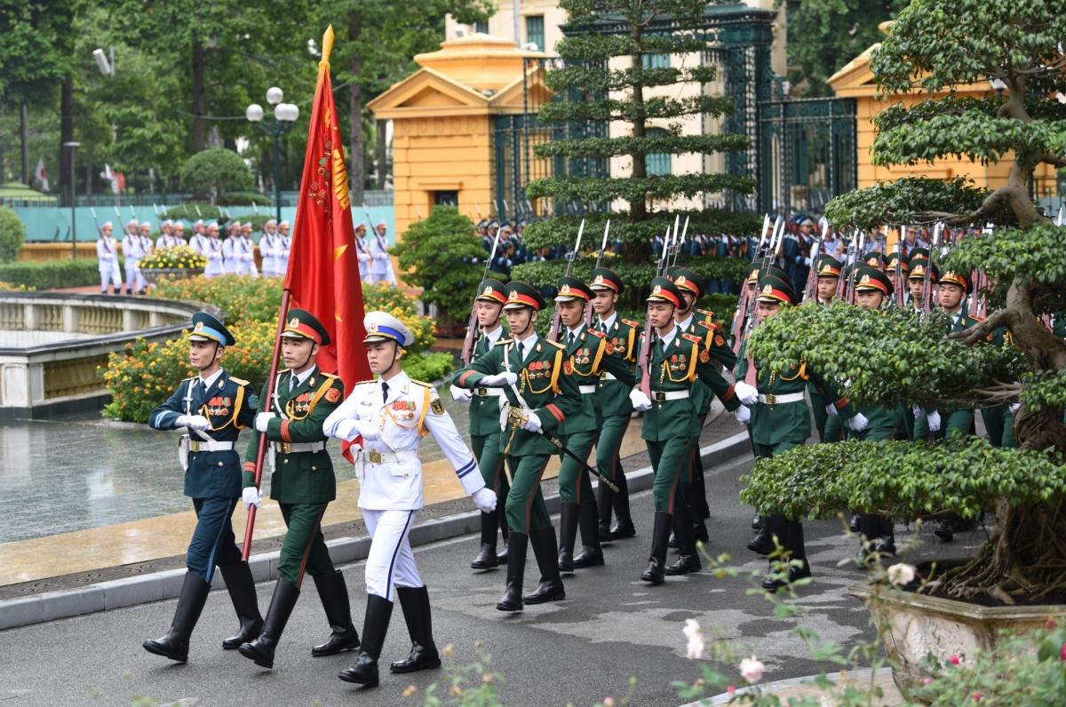 Sáng 19/10, tại Phủ Chủ tịch ở Thủ đô Hà Nội, Thủ tướng Nguyễn Xuân Phúc và Phu nhân chủ trì Lễ đón Thủ tướng Nhật Bản Suga Yoshihide và Phu nhân thăm chính thức Việt Nam từ ngày 18-20/10.