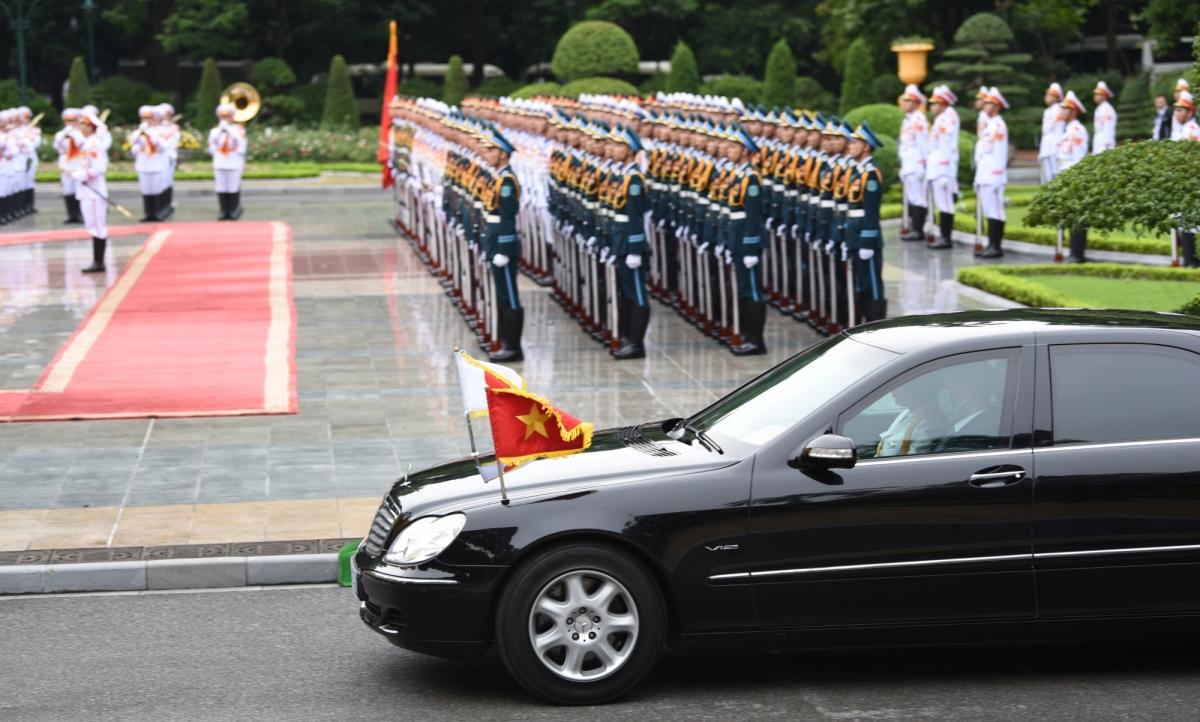 Xe chở Thủ tướng Nhật Bản và Phu nhân tiến vào Phủ Chủ tịch.