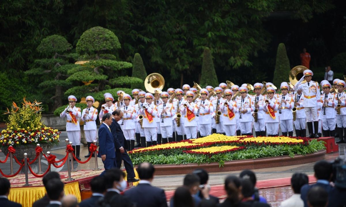 Tiếp đó, Thủ tướng Nguyễn Xuân Phúc mời Thủ tướng Suga Yoshihide duyệt Đội danh dự Quân đội Nhân dân Việt Nam.