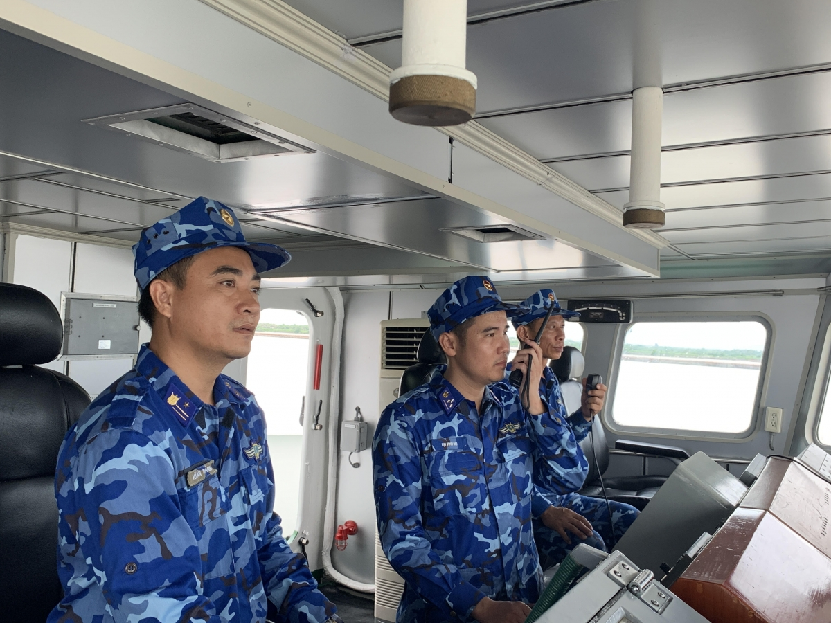 Thượng úy Lại Vĩnh Đại, Thuyền trưởng tàu CSB 8003 (giữa) chỉ huy tàu đi thực hiện nhiệm vụ.