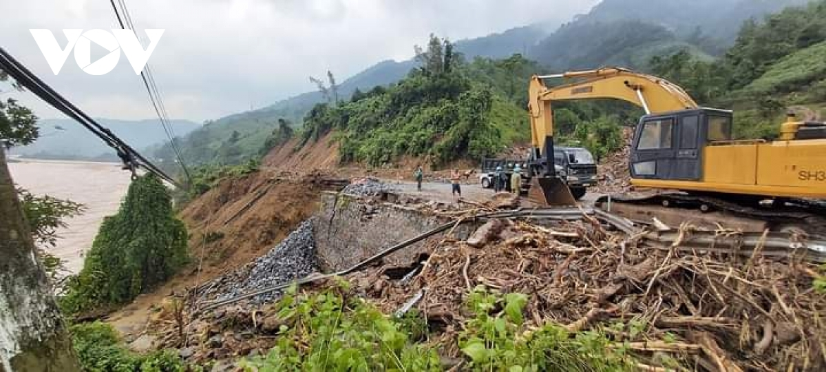 The road to the Rao Trang 3 hydropower plant face severe flooding and landslides