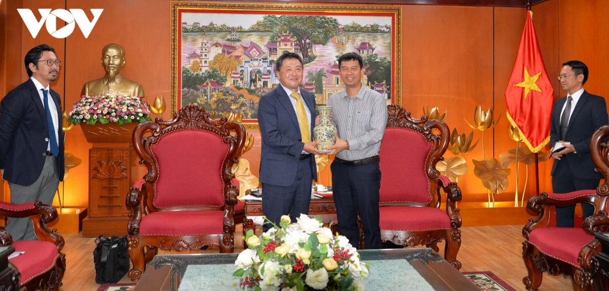 Phó Tổng Giám đốc Ngô Minh Hiển tặng quà lưu niệm cho ông Shimizu Akira.