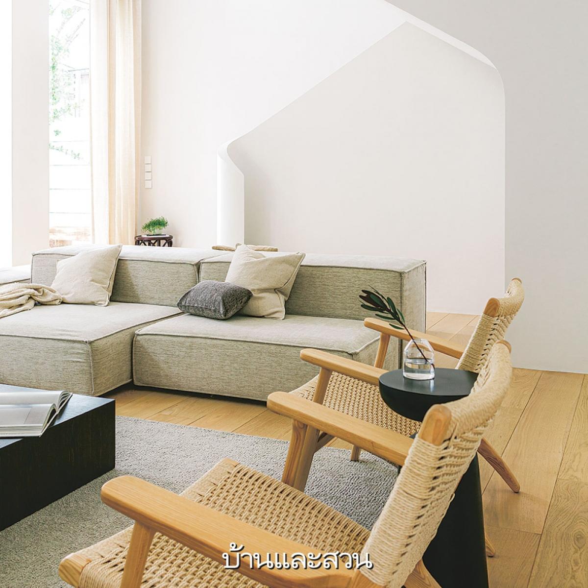 Sàn gỗ giúp căn nhà trở nên ấm áp hơn tương phản với tông nền màu trắng sáng.