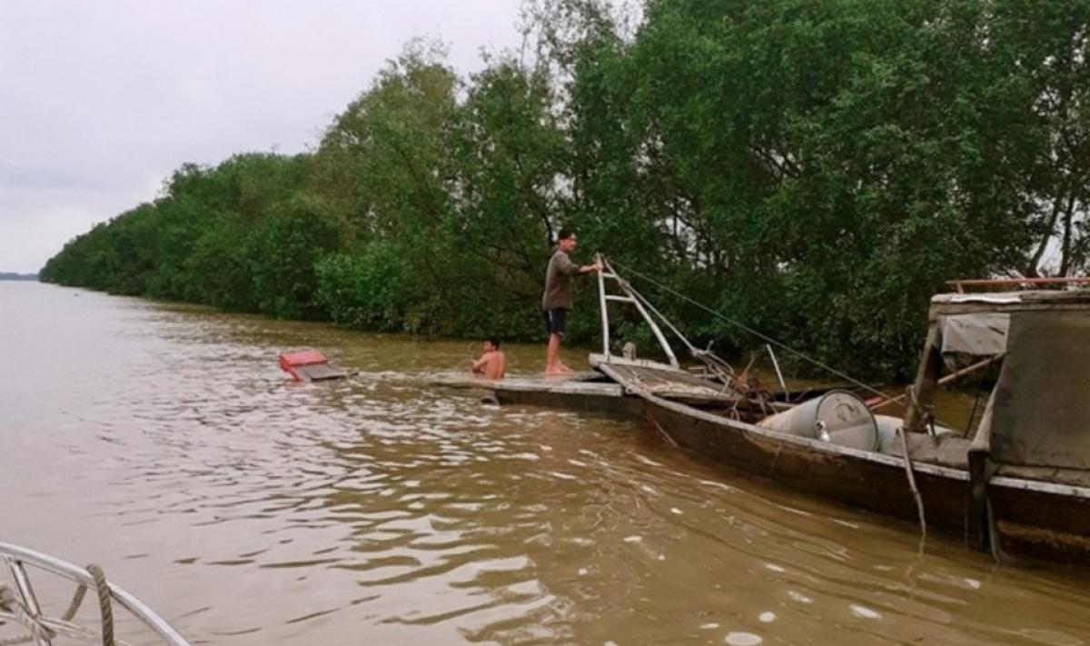 Trục vớt và lai dắt phương tiện bị chìm vào bờ. (Ảnh: Lương Kiểm)