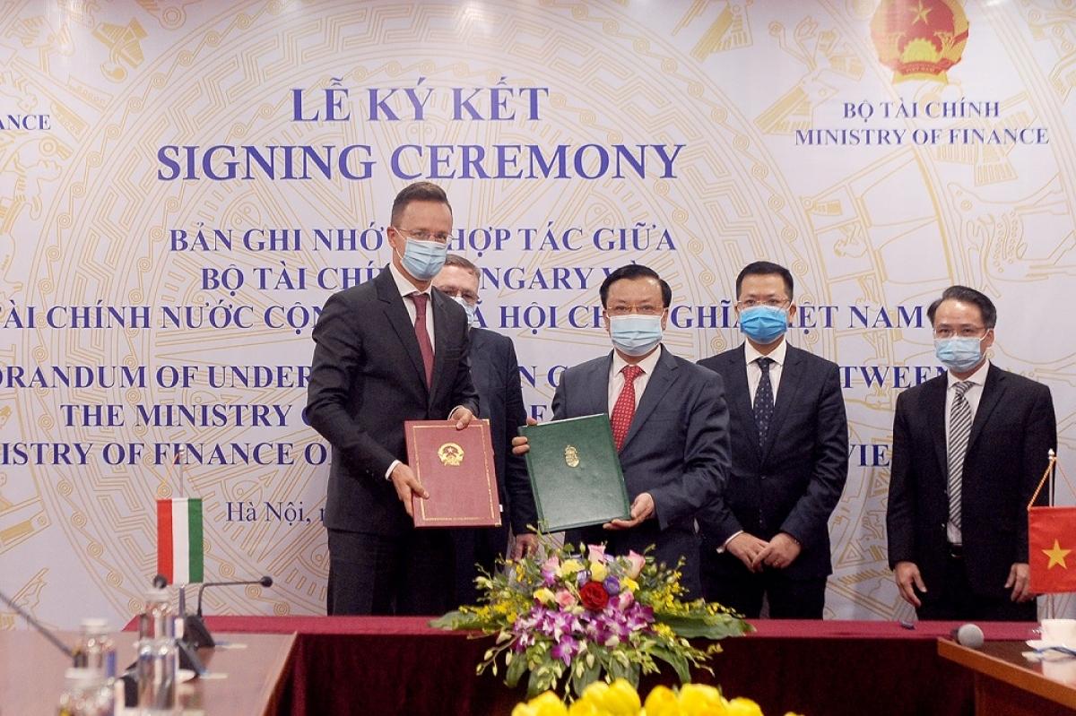 Bộ trưởng Bộ Tài chính Việt Nam và Bộ trưởng Bộ Ngoại giao và Kinh tế đối ngoại Hungary trao Biên bản ghi nhớ hợp tác trong lĩnh vực tài chính