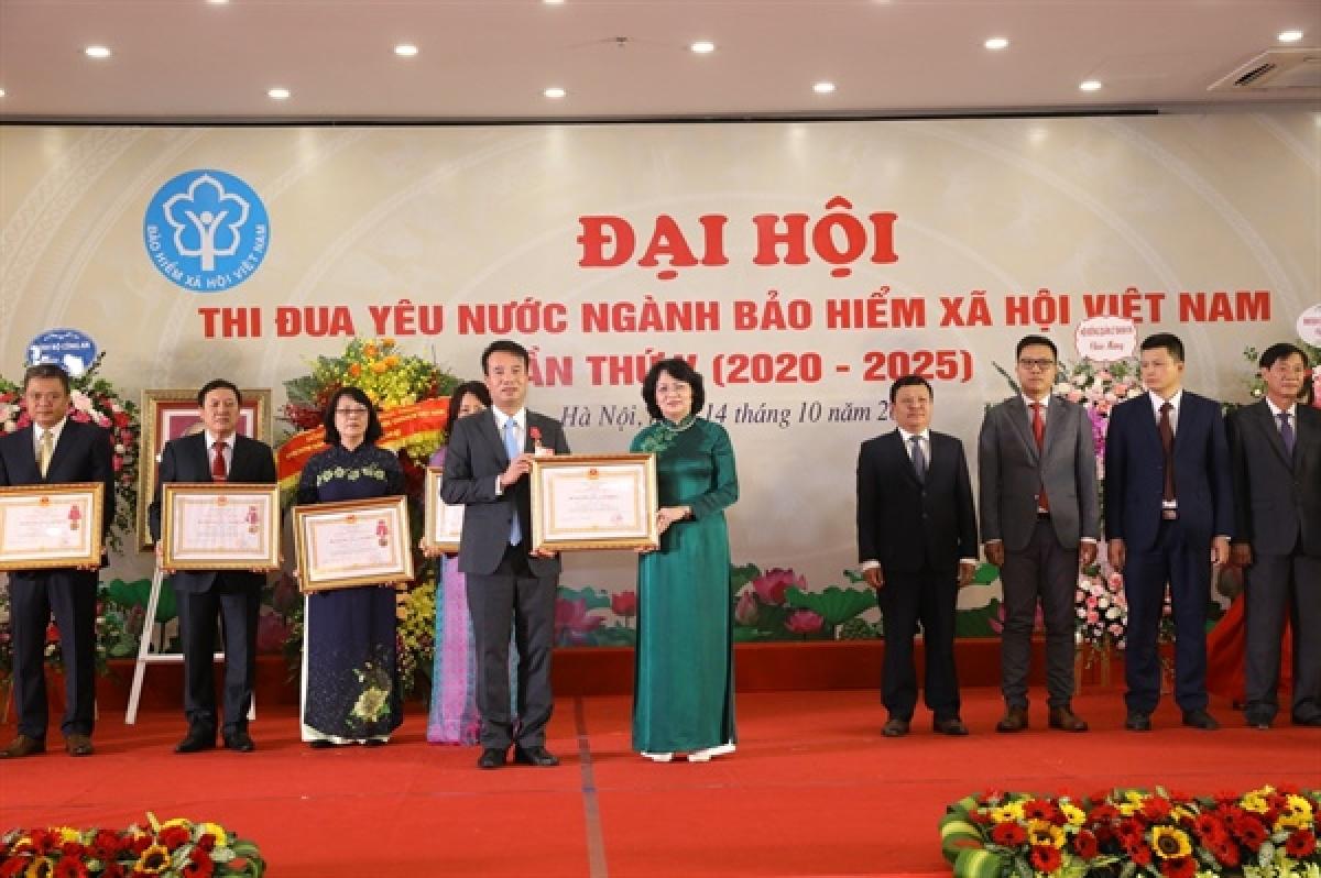 Phó Chủ tịch nước traoHuân chương Lao động cho các tập thể vàcá nhân