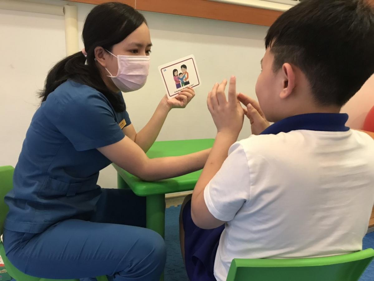 Trẻ được đánh giá trước và sau khi điều trị bởi các cô giáo chuyên sâu giáo dục đặc biệt, không phải thành viên nhóm nghiên cứu để đảm bảo kết quả khách quan.