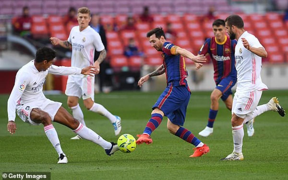 """Messi luôn bị các cầu thủ Real """"chăm sóc"""" kỹ lưỡng. (Ảnh: Getty)."""