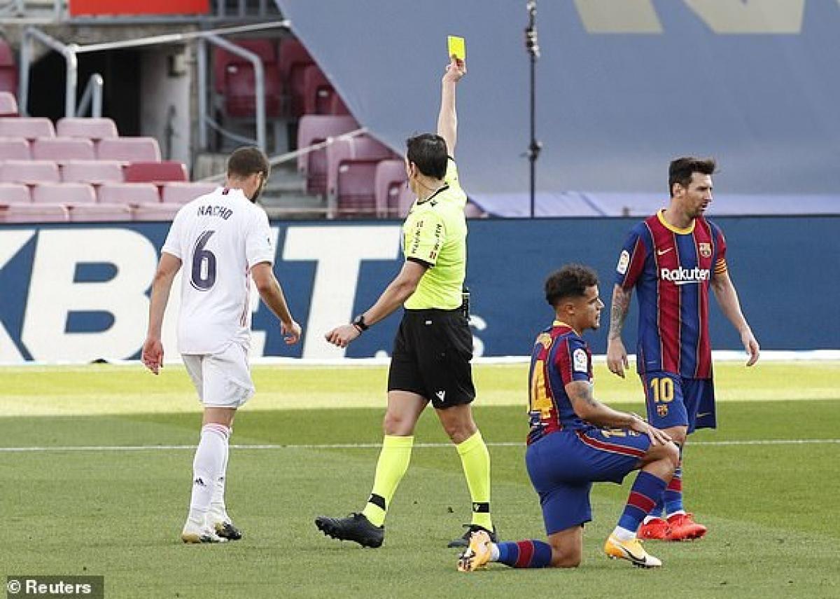 Những pha bóng quyết liệt cùng các tấm thẻ phạt là không thể thiếu ở những trận El Clasico. (Ảnh: Reuters).