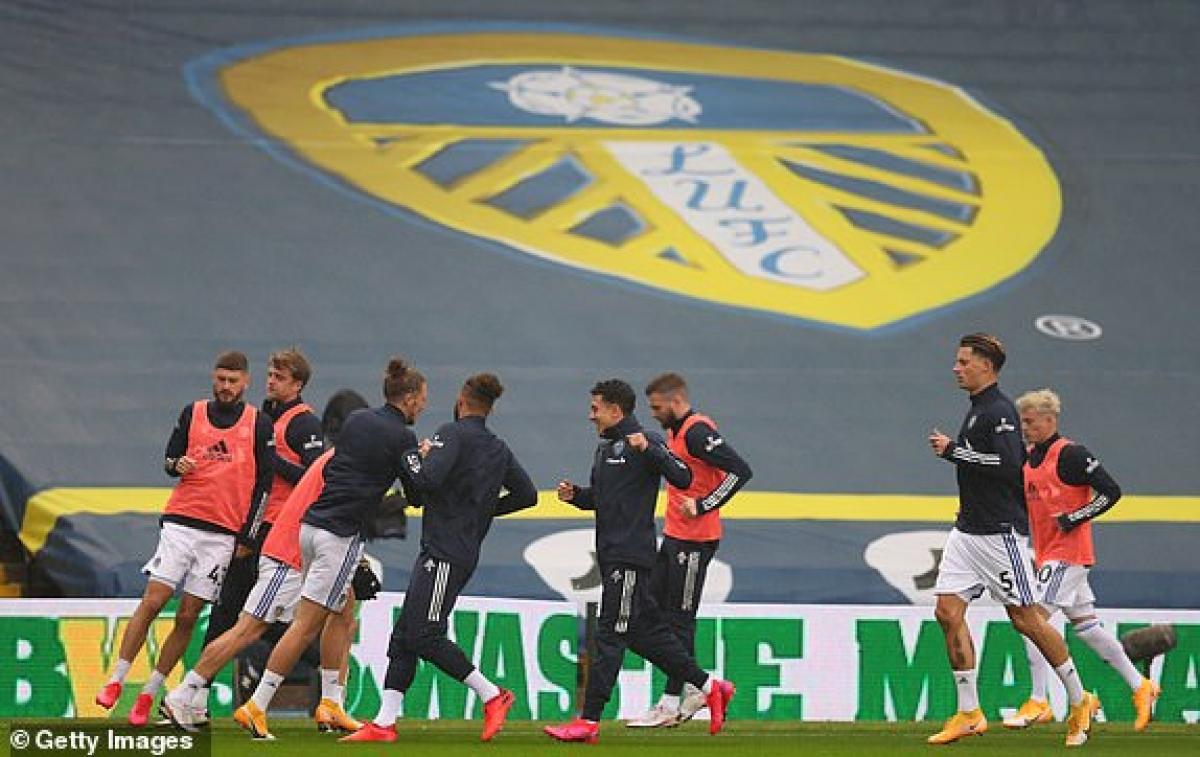 Các cầu thủ Leeds United khởi động trước trận đấu. (Ảnh: Getty).