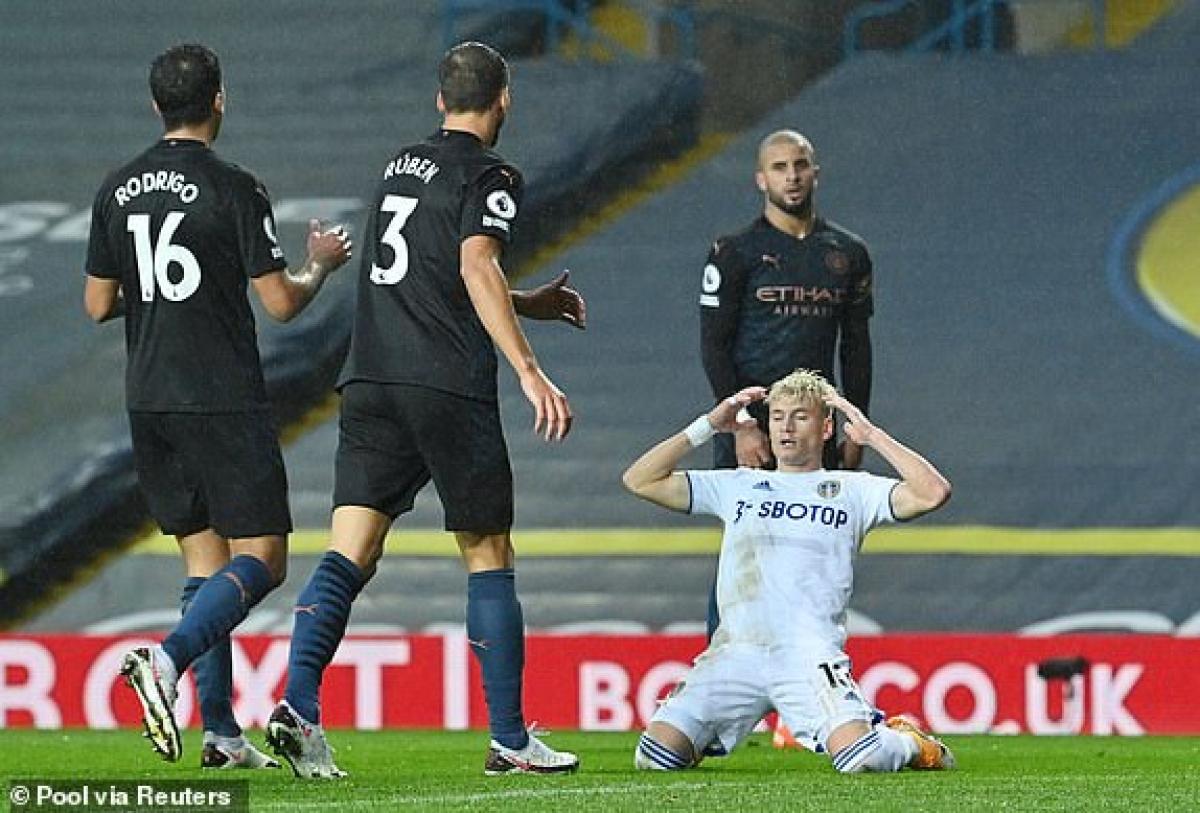 Sự tiếc nuối của Alioski khi bỏ lỡ cơ hội ghi bàn vào lưới Man City. (Ảnh: Reuters).