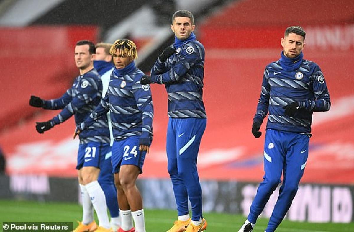 Các cầu thủ Chelsea khởi động trước giờ G. (Ảnh: Reuters).