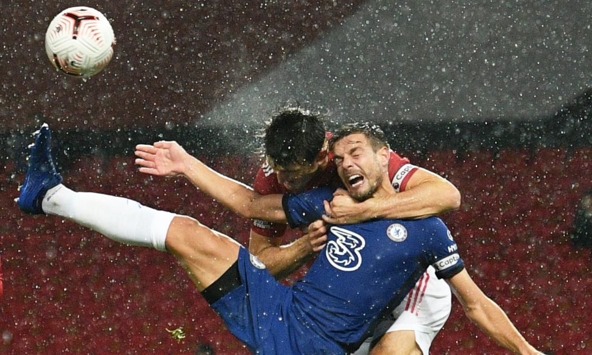 Tình huống các cầu thủ Chelsea cho rằng Maguire đã phạm lỗi với Azpilicueta trong vòng cấm. (Ảnh: Reuters).