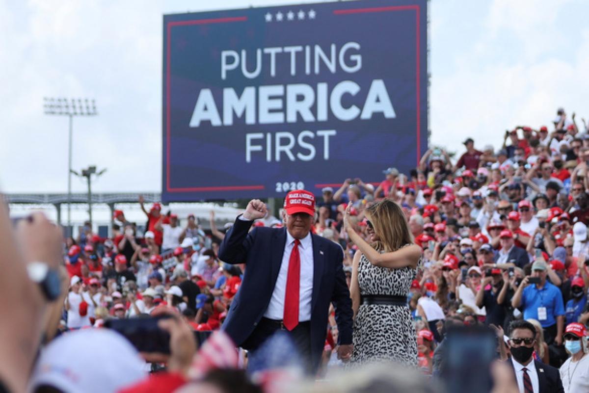 Tổng thống Trump và Đệ nhất phu nhân Melania tại cuộc vận động tranh cử ở Tampa, bang Florida ngày 29-10. Ảnh: Reuters
