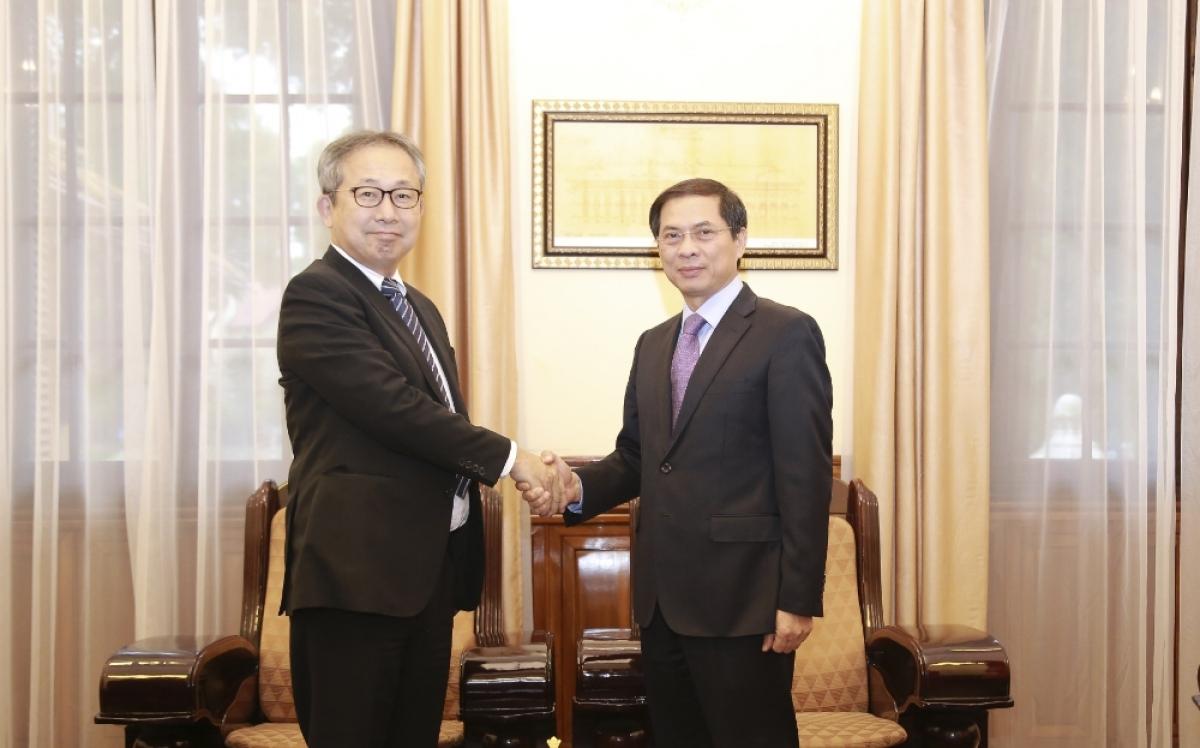 Thứ trưởng Bộ Ngoại giao Bùi Thanh Sơn và Đại sứ Nhật Bản Yamada Takio (trái).