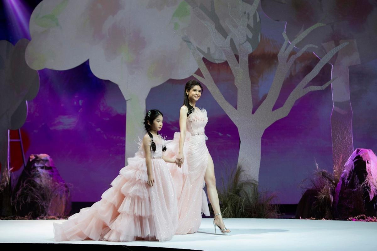 Giữa không gian cổ tích đầy mê hoặc, bé Thỏ - con gái Xuân Lan tự tin trong vai trò vedette, sải bước bên cạnh là diễn viên Trương Quỳnh Anh. Cả hai đều tỏa ra khí chất rạng ngời và vẻ đẹp trong trẻo, ngọt ngào của những công chúa, nàng tiên đích thực bước ra từ truyện cổ tích.